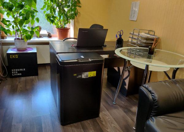 Сенсорное мусорное ведро EKO серия MIRAGE EK9278P80LMBS благородная нержавеющая сталь цвет черный сатин в интерьере офисаnbsp- EKOBIN